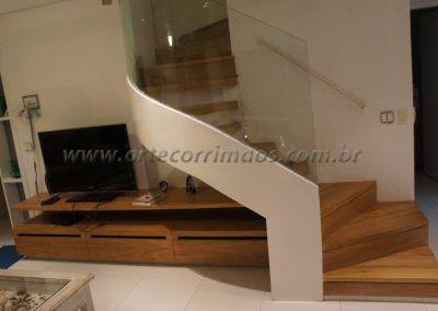 escada interna curva e guarda corpo de vidro curvo