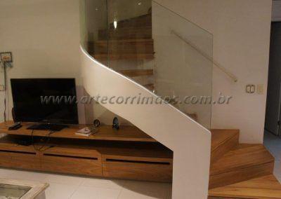 escada interna curva residencial com guarda corpo de vidro curvo