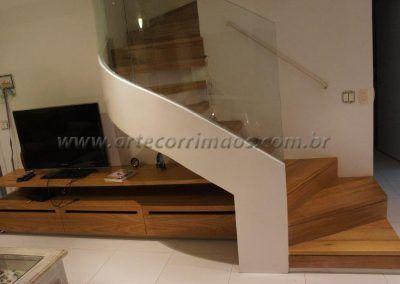 linda escada sobrado especial curva com guarda corpo de vidro curvo