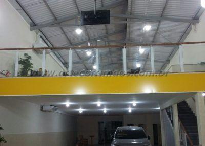 Mezanino com Guarda Corpo De Ferro Vidro E Madeira em loja de carros