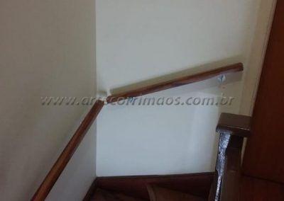 Corrimão de parede - Madeira suporte em ferro com pintura eletrostática