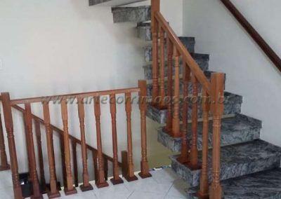 Escada com Guarda corpo de balaustre de madeira jatoba