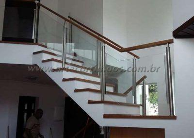 Escada com guarda corpo de aço inox vidro e madeira