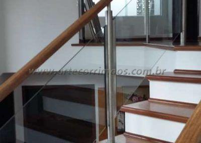 Guarda corpo de escada inox vidro e madeira