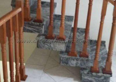 Guarda corpo em escada de balaustre de madeira jatoba