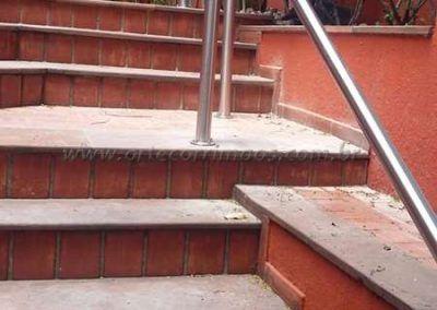 Guarda corpo na escada de aço inox coluna e corrimão