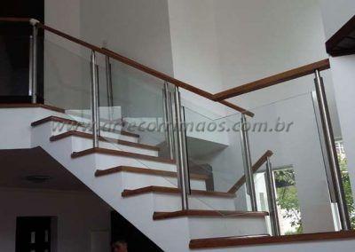 Guarda corpo na escada de aço inox vidro e madeira
