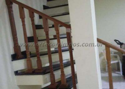 Guarda corpo na escadade balaustre de madeira jatoba