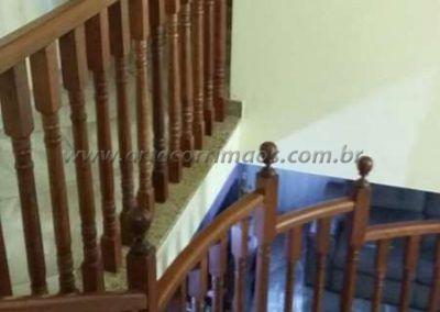 Guarda corpo residencial de balaustre de madeira jatoba