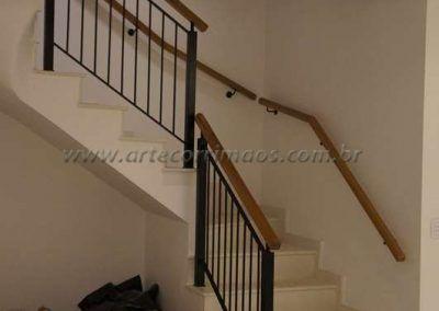 Sobrado escada com guarda corpo de ferro maciço com madeira cumaru