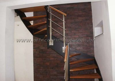 detalhe lateral escadade ferro e madeira de cima modelo u detalhes