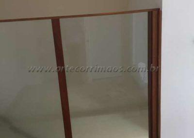 divisoria de madeira com vidro fosco