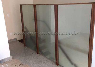 divisoria de madeira e vidro em escada