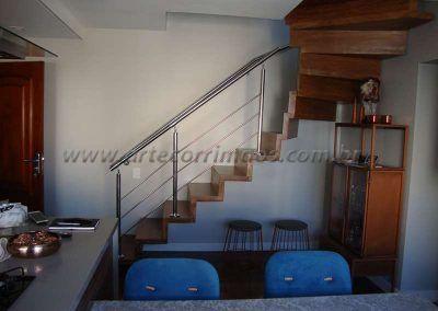 escada da sala em madeira com guarda corpo de aço inox
