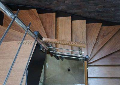escada interna de ferro e madeira de cima modelo u detalhes