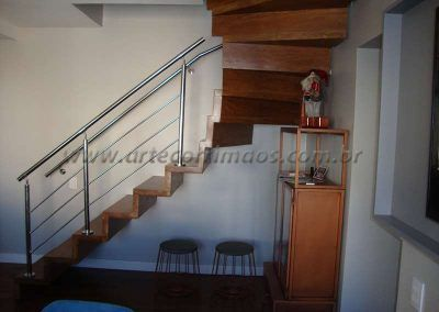 escada de madeira com guarda corpo aço inox