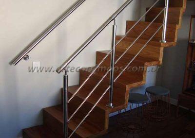 escada de madeira com guarda corpo de aço inox
