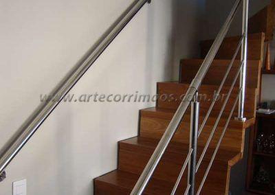 escada de madeira e guarda corpo de aço inox