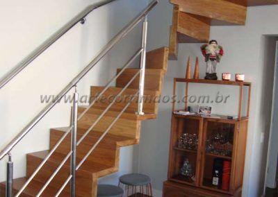 escada em madeira e guarda corpo de aço inox
