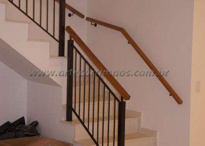 escada interna com guarda corpo de ferro maciço com madeira cumaru