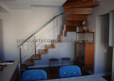 escada interna de madeira com guarda corpo de aço inox
