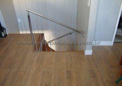 fechamento de cavos de aço em escada