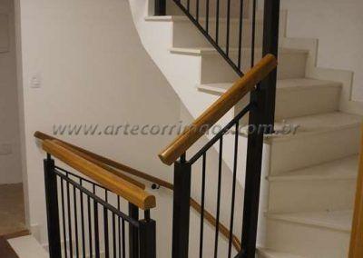 guarda corpo curva da escada de ferro maciço com madeira cumaru