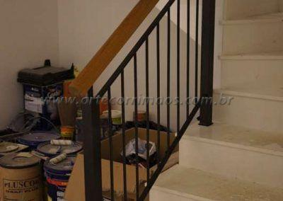 guarda corpo de escada em ferro maciço com madeira cumaru