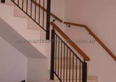guarda corpo de escada em ferro maciço com madeira cumaru e corrimao parede