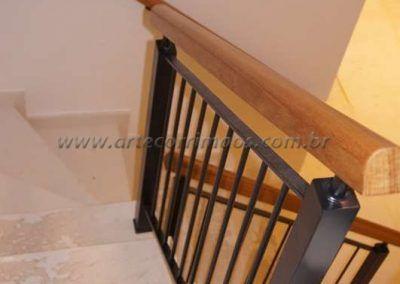 guarda corpo de escada em ferro maciço com madeira maciça cumaru