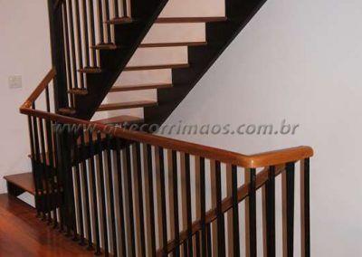 guarda corpo de ferro maciço com madeira cumaru escada vazada