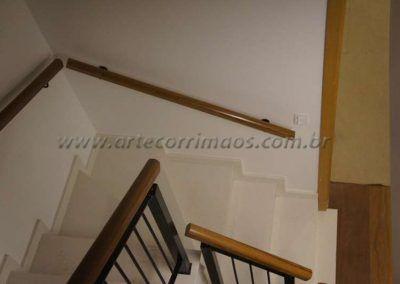 guarda corpo de ferro maciço com madeira cumaru na parede