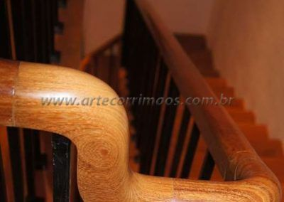 guarda corpo de ferro maciço curvatura de madeira cumaru