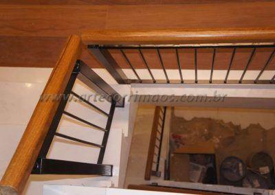 guarda corpo meio da escada de ferro maciço com madeira cumaru