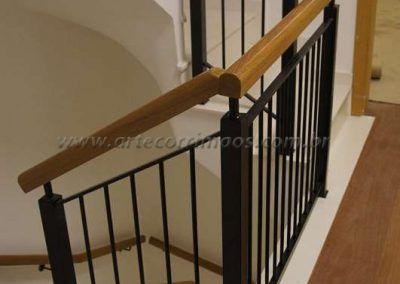 guarda corpo para escada de ferro maciço com madeira cumaru