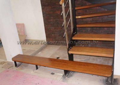 parte de baixo da escade de ferro com madeira modelo u
