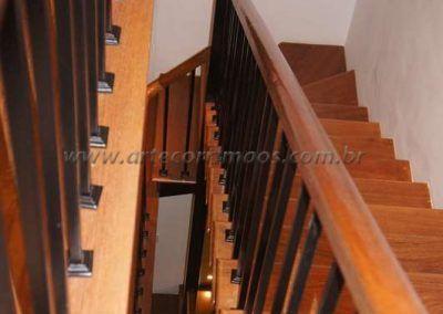 parte interna guarda corpo de ferro maciço com madeira cumaru