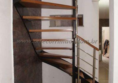 por baixo da escada de ferro  madeira